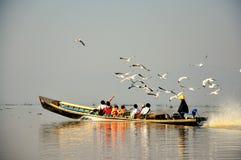Turyści na Inle jeziorze, Myanmar Birma obraz stock
