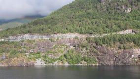 Seagulls och stenig kust Hellesylt, Norge stock video