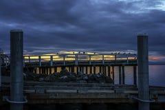 Seaguls sur le dock avec le fond de coucher du soleil photos stock