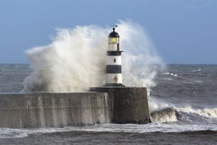 碰撞在Seaham灯塔的波浪 库存照片