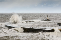 Seahamhaven met verpletterende golven Stock Foto