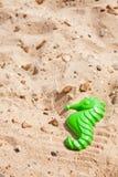 Seahorse del juguete en la playa Imagen de archivo