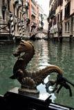 Seahorse-Wachposten auf Kanälen von Venedig stockfotografie
