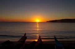 seakayaking在撒丁岛海岛附近的夏天 图库摄影