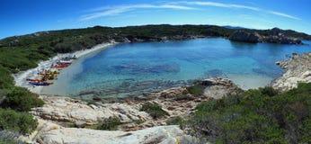 seakayaking在撒丁岛海岛附近的夏天 免版税图库摄影
