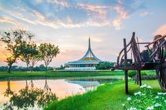 Señal crepuscular del pabellón del parque público de Suan Luang Rama IX, Bangkok Imagen de archivo libre de regalías