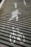 Señal de direcciones de la bicicleta y del peatón Imágenes de archivo libres de regalías