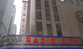 Señal de New York City, de radio teatro de variedades la ciudad en el centro de Rockefeller Fotos de archivo libres de regalías
