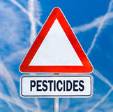 Señal de peligro triangular de los pesticidas Imagen de archivo