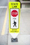 Señal de tráfico con la ley estatal para los peatones Imagen de archivo libre de regalías