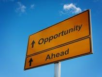 Señal de tráfico de la oportunidad a continuación. Foto de archivo libre de regalías