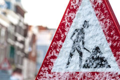 Señal de tráfico holandesa de la construcción en invierno Fotos de archivo libres de regalías