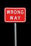 Señal de tráfico incorrecta de la manera - aislada en negro Foto de archivo