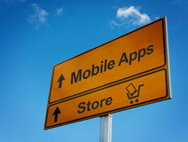 Señal de tráfico móvil de los apps con el carro y el smartphone. Imagenes de archivo