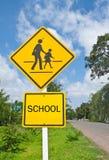 Señal de tráfico (señal de peligro de la escuela) y cielo azul. Fotos de archivo libres de regalías