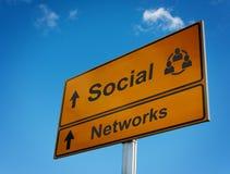 Señal de tráfico social de las redes. Fotografía de archivo