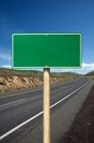 Señal de tráfico verde en blanco Imagen de archivo libre de regalías