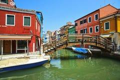 Señal de Venecia, canal de la isla de Burano, puente, casas coloridas Fotos de archivo