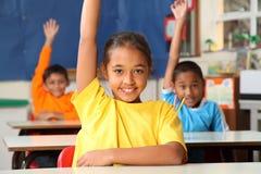 Señal primaria de los alumnos con las manos levantadas Imagen de archivo libre de regalías