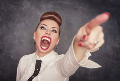 Señalamiento de griterío enojado de la mujer Fotografía de archivo libre de regalías