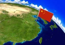 Señale al marcador por medio de una bandera sobre el país de China en la representación del mapa del mundo 3D Fotografía de archivo