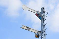 Señale el polo de la precaución del tren con la nube y el cielo azul Imagen de archivo libre de regalías