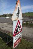 Señales de peligro del camino de marea en el borde de la carretera Foto de archivo libre de regalías
