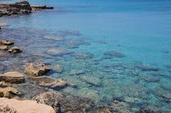 Sealine roccioso con acqua blu di cristallo Immagini Stock Libere da Diritti
