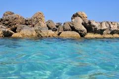 Sealine rocheux avec de l'eau bleu en cristal Images libres de droits