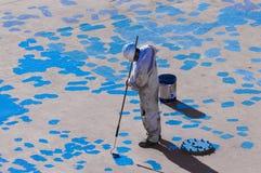 Seaman Painting His Ship joven Fotografía de archivo libre de regalías