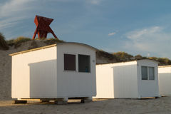 Seamark in den Sanddünen mit Strandkabinen Stockfotografie