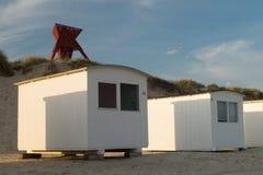 Seamark en dunes de sable avec des carlingues de plage Photographie stock