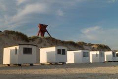 Seamark in zandduinen met strandcabines Royalty-vrije Stock Fotografie