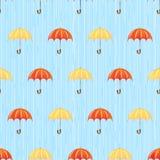 Seamless modell med regn och paraplyer Arkivbild