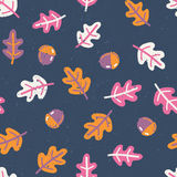 Seamless pattern with autumn oak leafs and acorns Royalty Free Stock Images