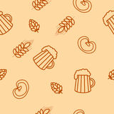 Seamless pattern of beers, ears, hop, pretzels Royalty Free Stock Images