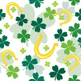 Seamless pattern with clover leaves and horseshoes Stock Photography