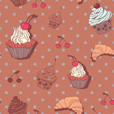 Seamless pattern with cupcakes and croissants in Royalty Free Stock Photography