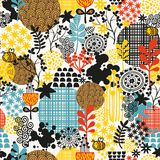 Seamless pattern with flowers and bees. Royalty Free Stock Images
