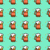 Seamless pattern with foam beer in large mugs.  Royalty Free Stock Photos