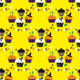 Seamless pattern with Halloween cupcakes Royalty Free Stock Photos