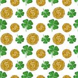 Seamless pattern with round coins of golden glitter and four-leaf clovers of green glitter Royalty Free Stock Photography