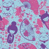 Seamless pattern with  traditional asian souvenirs^ hand paper fans, kokeshi dolls, maneki neko and sakura flowers Royalty Free Stock Photos
