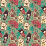 Seamless pattern with  traditional asian souvenirs^ hand paper fans, kokeshi dolls, maneki neko and sakura flowers Royalty Free Stock Image