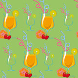 Seamless pattern. Tropical cocktails on a green background. Royalty Free Stock Photos