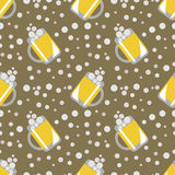 Seamless vector pattern with closeup beer glasses and bubbles on the brown background Royalty Free Stock Photos