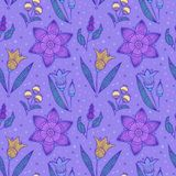 Seamless violetta randiga blommor Royaltyfria Bilder