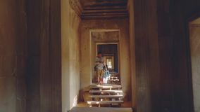 SEAMREAP,柬埔寨-大约2018年1月:吴哥寺庙看法从的内部 股票视频