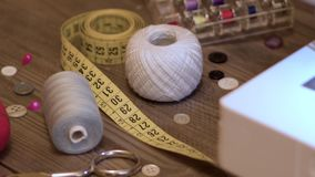 Seamstress ή ραφτών εργασιακός χώρος με το ράψιμο των εργαλείων, των νημάτων και της ράβοντας μηχανής απόθεμα βίντεο