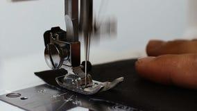 Seamstress ατόμων δέρμα εκμετάλλευσης χεριών πίσω από τη ράβοντας μηχανή απόθεμα βίντεο